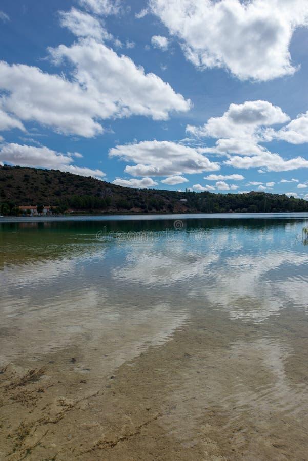 De ruidera lagunes op de route van Don Quichot met een blauwe hemel royalty-vrije stock fotografie
