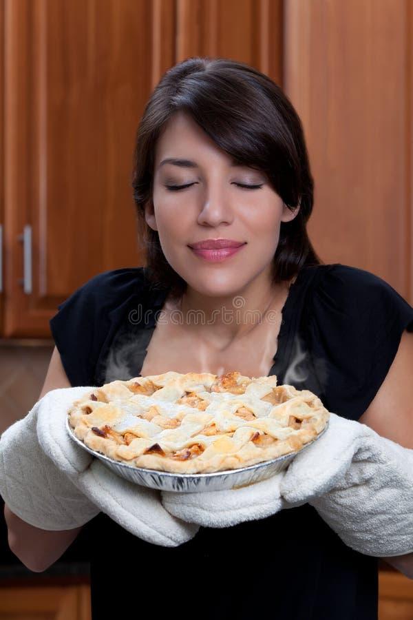 De ruikende appeltaart van de vrouw stock afbeeldingen