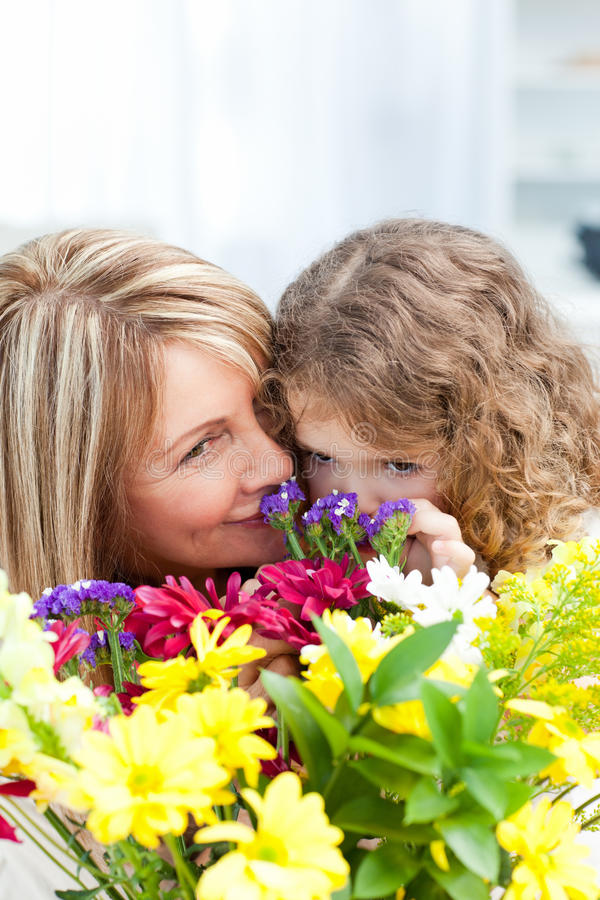 De ruikende bloemen van het meisje stock foto