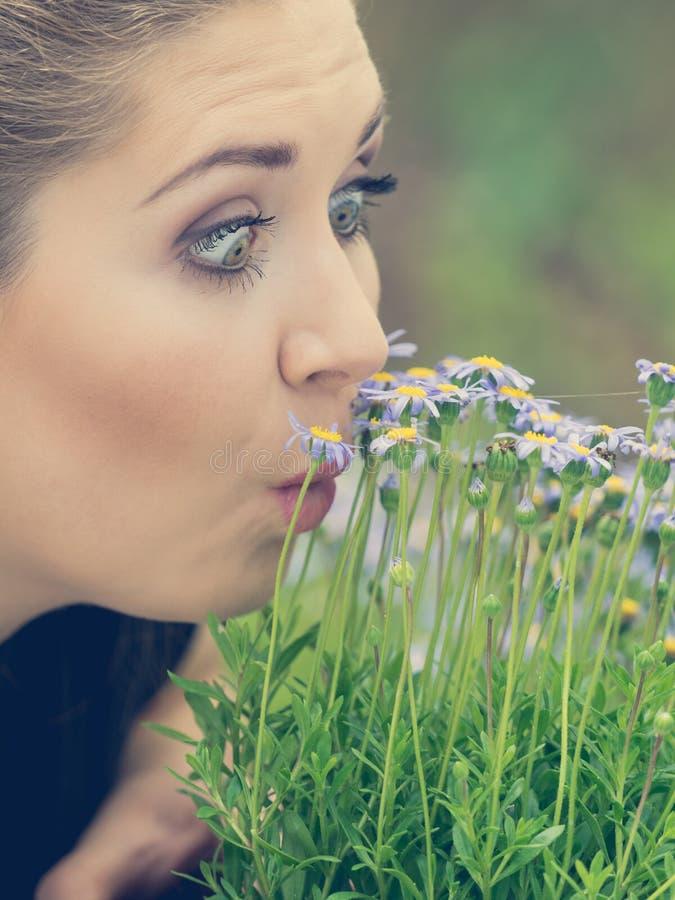 De ruikende bloemen van de vrouw stock foto's