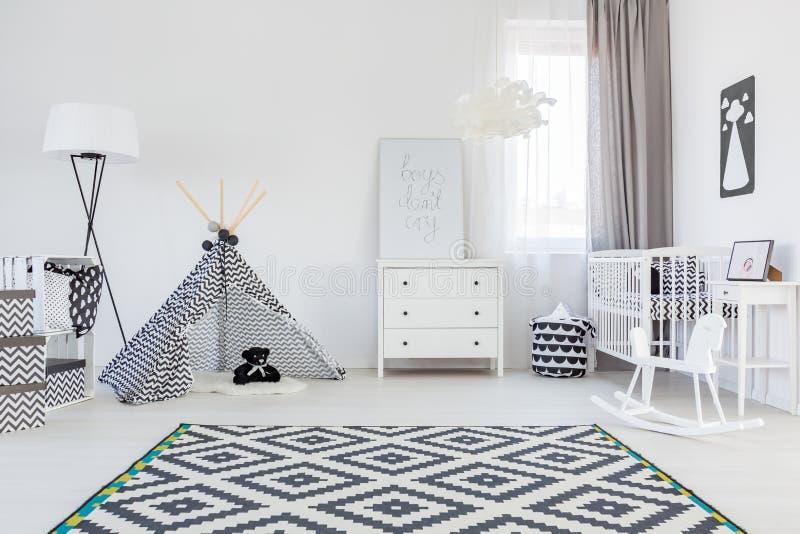 De ruimte van de babyjongen met tent stock afbeelding