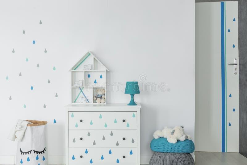 De ruimte van de babyjongen in Skandinavische stijl stock afbeelding