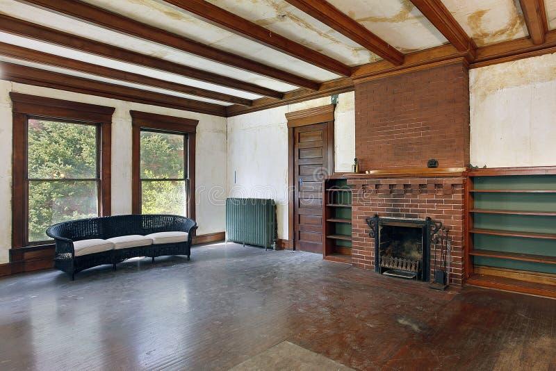 De ruimte van de familie in oud verlaten huis stock foto