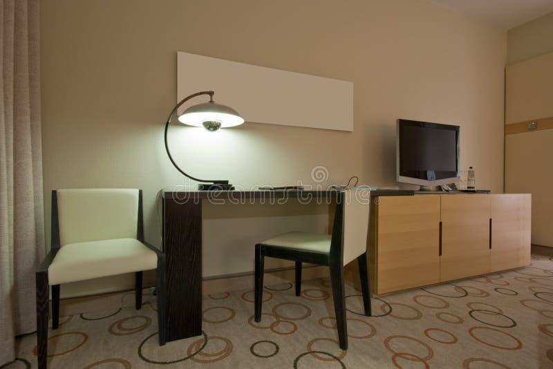 De ruimte van de studie met het schrijven van bureau en TVreeks stock afbeelding