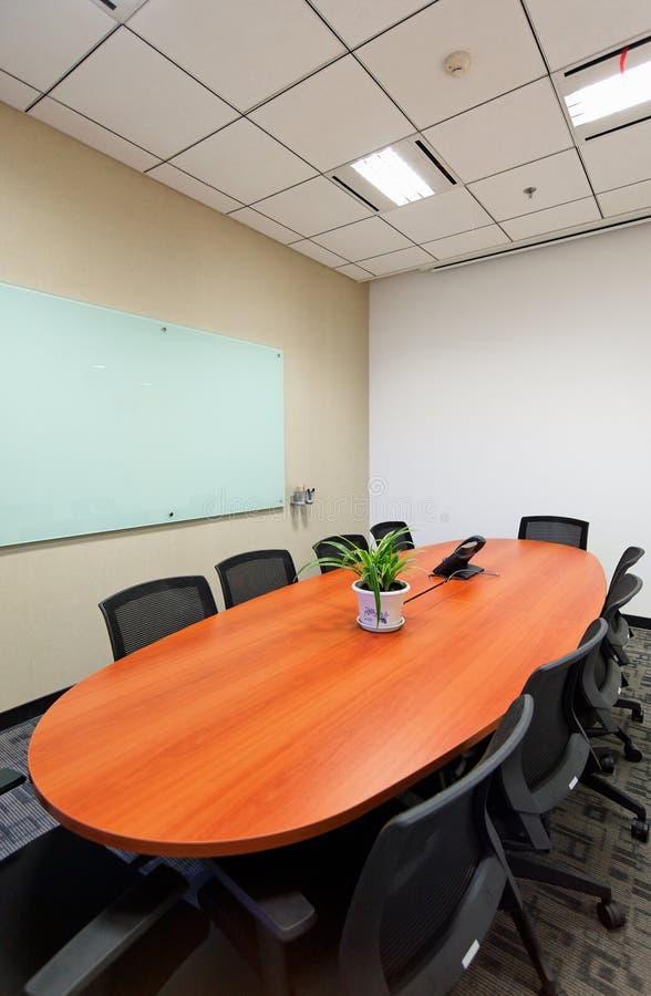 De ruimte van de vergadering van bureau stock foto's