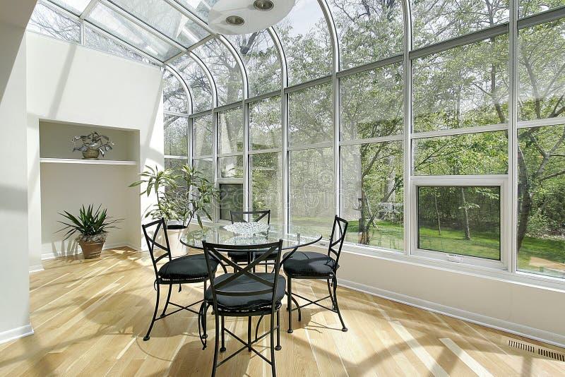 De ruimte van de zon met plafondvensters stock foto