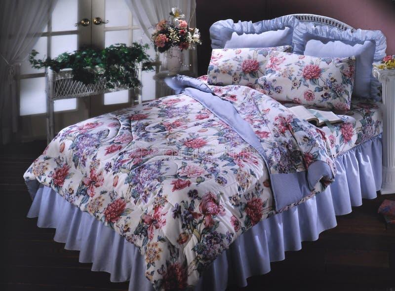 De ruimte van het bed die met beddegoed wordt geplaatst royalty-vrije stock foto's