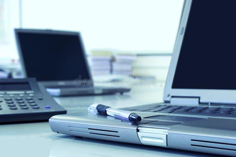 De ruimte van het bureau in blauw stock fotografie