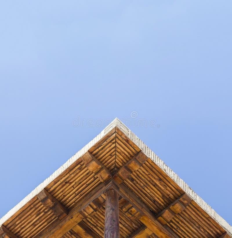 De ruimte van het exemplaar Het oude gemaakte hout van de ontwerppergola as met duidelijke blauwe de zomerhemel stock foto's