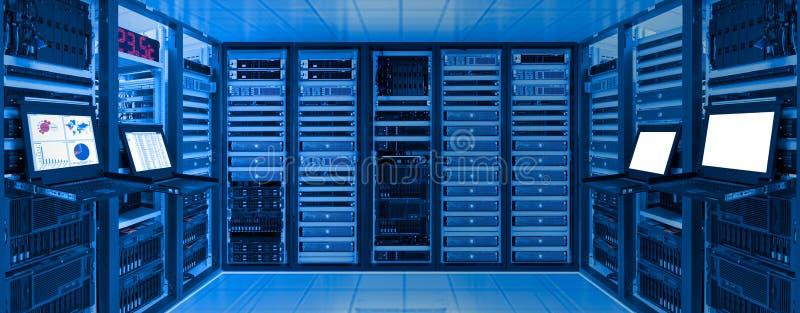 De ruimte van het gegevenscentrum met server en voorzien van een netwerkapparaat op rekkabinet stock afbeelding