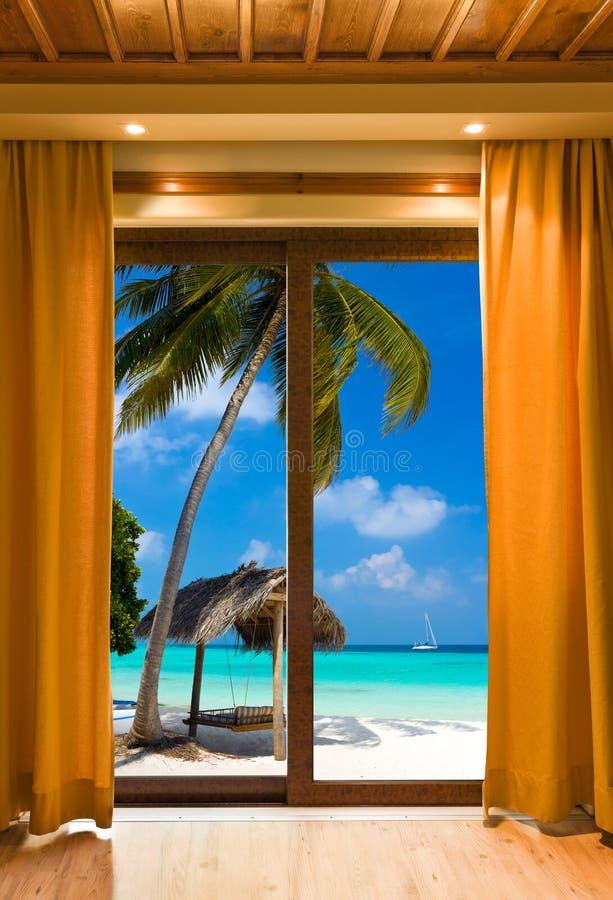 De ruimte van het hotel en strandlandschap royalty-vrije stock afbeeldingen