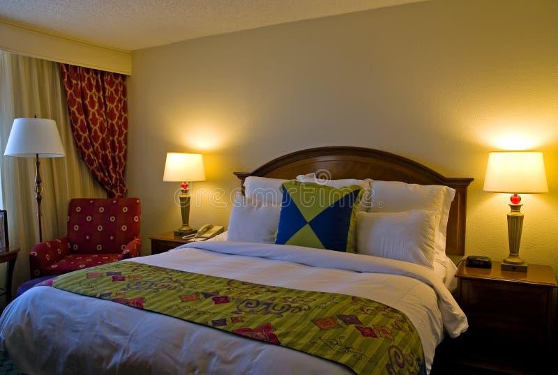 De ruimte van het hotel met koning gerangschikt bed royalty-vrije stock afbeelding