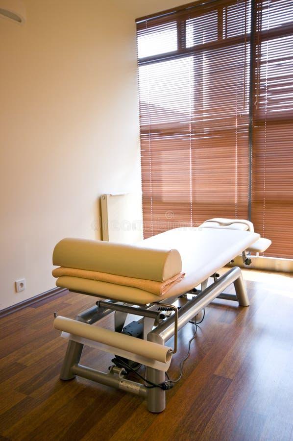 De ruimte van het kuuroord en massagebed stock foto