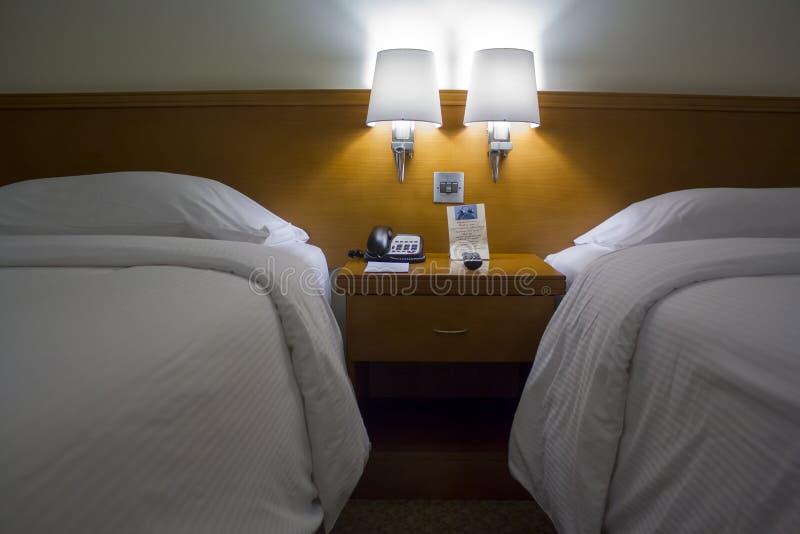 De ruimte van het tweepersoonsbedhotel stock foto's