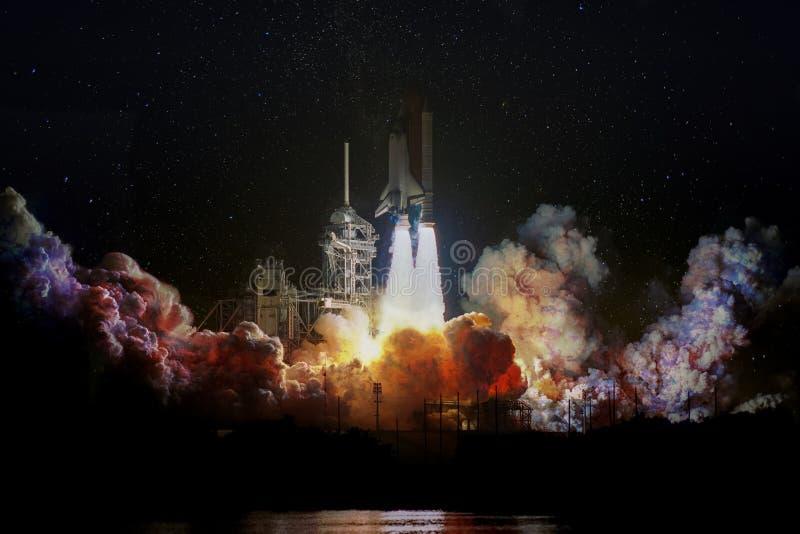 De ruimteschiplancering bij nacht, landschap met kleurrijke rook betrekt en melkwegachtergrond royalty-vrije stock foto
