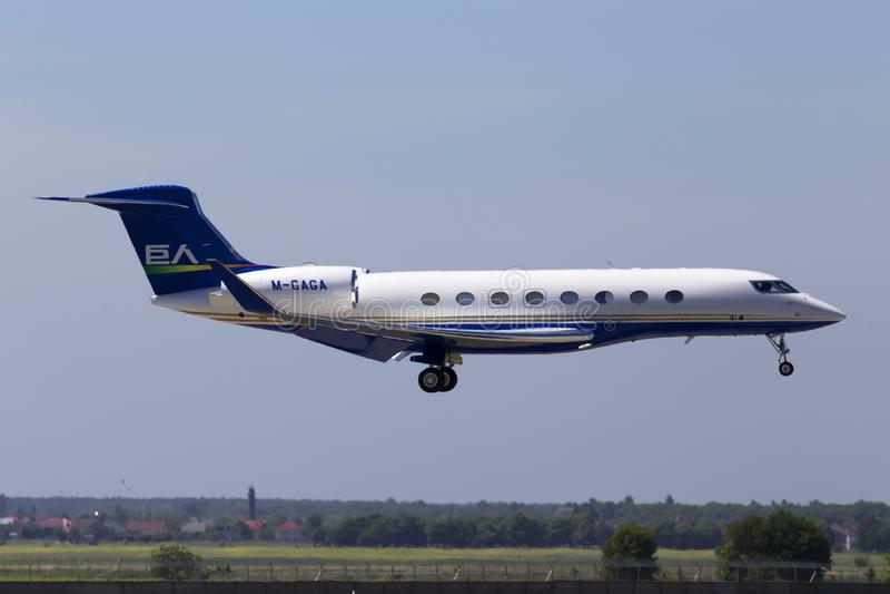 De Ruimtevaart g-VI Gulfstream G650 vliegtuigen die van m-kierewiete Gulfstream op de baan landen stock afbeelding