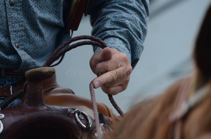 De ruiter houdt op teugels van zijn paard royalty-vrije stock fotografie