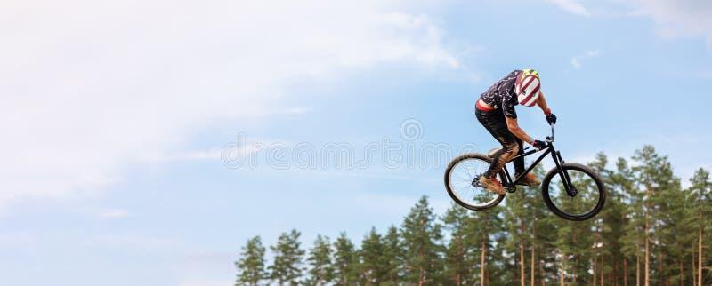 De ruiter springt hoog op een fiets stock fotografie