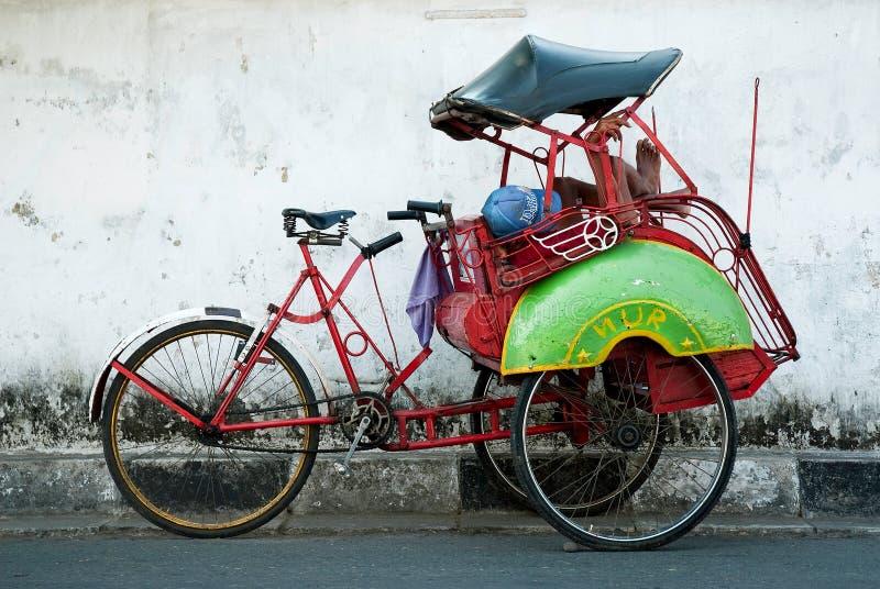 De ruiter van Becak cyclo het rusten yogyakarta Java Indonesië royalty-vrije stock fotografie