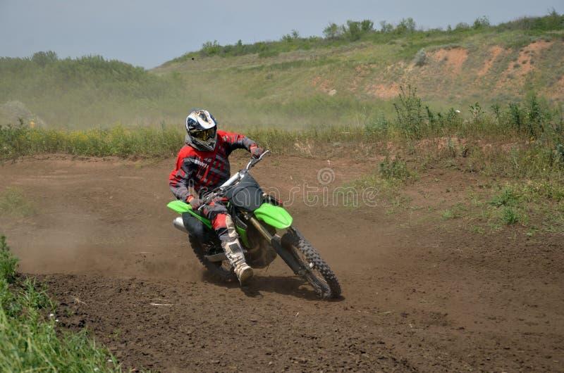 De ruiter van de motocross bij motorfietsbewegingen het in het nauw drijven stock fotografie
