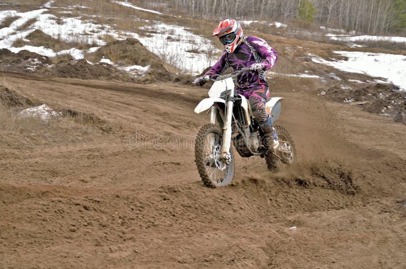 De ruiter van de motocross op een motorfiets berijdt het in het nauw drijven royalty-vrije stock afbeelding