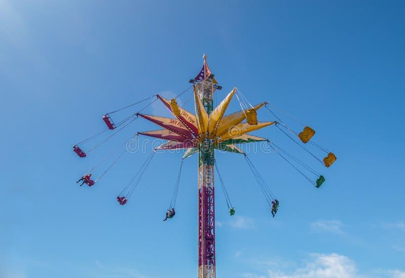 De ruiters slingeren door Lucht op Kleurrijke Carnaval-Rit royalty-vrije stock afbeeldingen