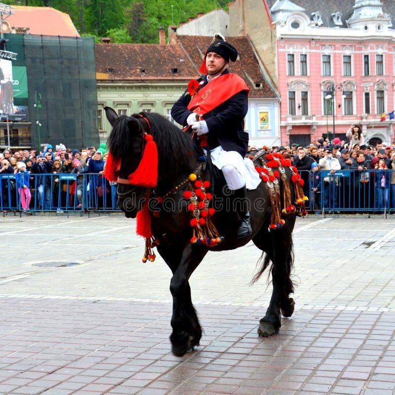 De ruiters tijdens Brasov Juni paraderen royalty-vrije stock afbeeldingen