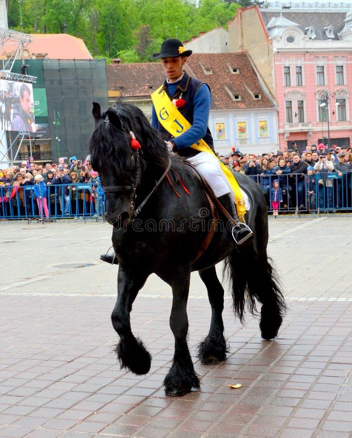De ruiters tijdens Brasov Juni paraderen stock foto