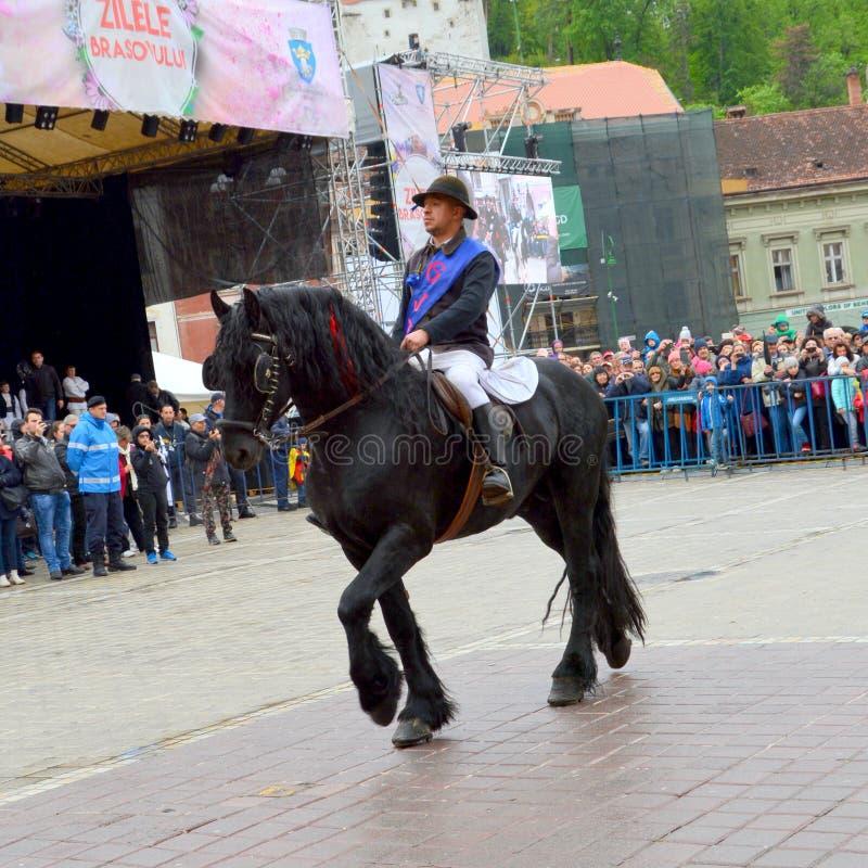 De ruiters tijdens Brasov Juni paraderen stock afbeelding