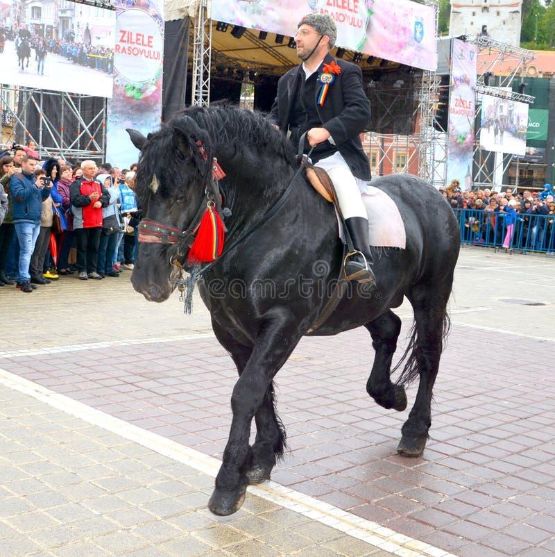 De ruiters tijdens Brasov Juni paraderen stock foto's