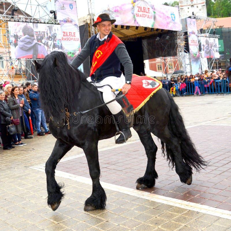 De ruiters tijdens Brasov Juni paraderen stock fotografie
