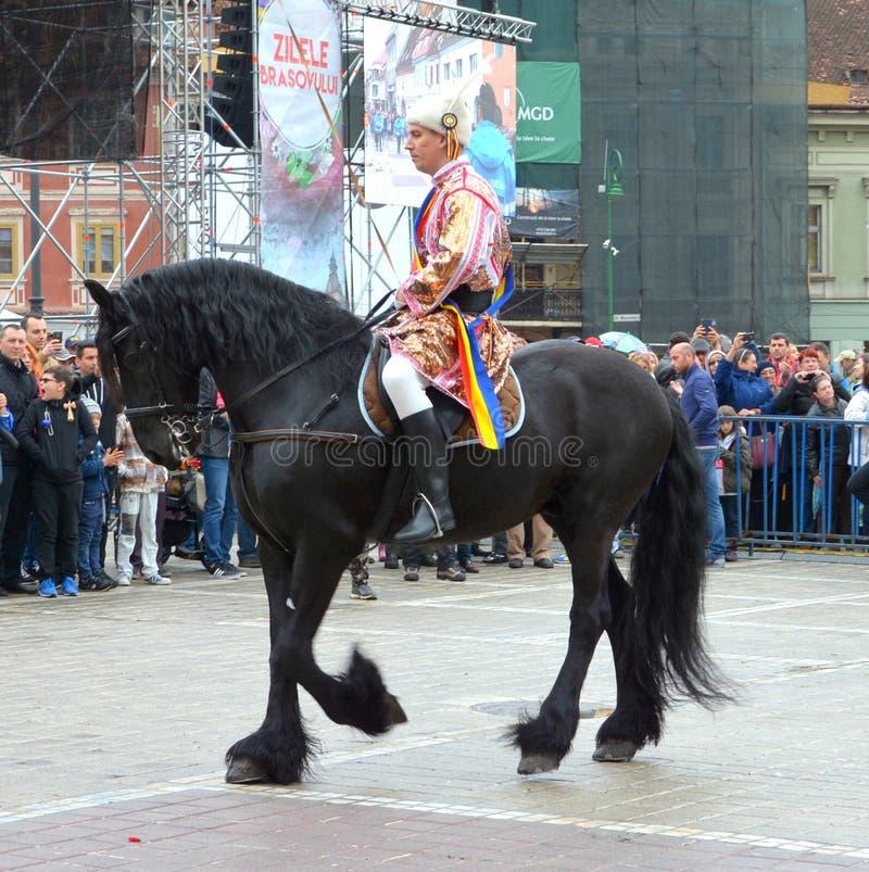 De ruiters tijdens Brasov Juni paraderen stock afbeeldingen