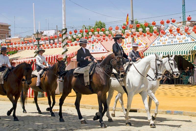 De ruiters van het damepaard tijdens de Lentefestival van Sevilla (Feria) 2014 stock fotografie