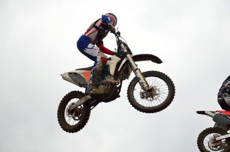 De ruitervliegen van de motocross door lucht royalty-vrije stock foto
