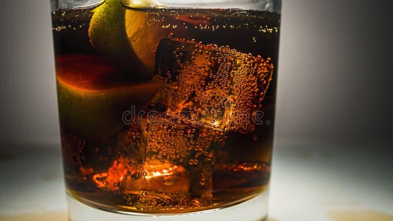 De rum, kolacitroen, alcoholpartij, dranken op houten lijst, Cuba libre drinkt, theedark, rumdrank, ijswhisky, whiskykola, stock fotografie