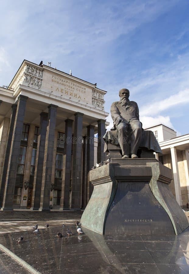 De Russische Bibliotheek van de Staat (Bibliotheeknaam van Lenin) en een monument van Russische schrijver Dostoievsky, in Moskou stock fotografie