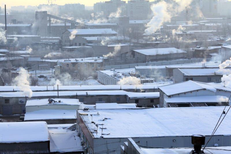 De Russische kleine stad van het de winterlandschap stock afbeelding