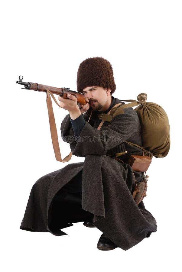 De Russische Kozak richt een geweer. royalty-vrije stock foto's