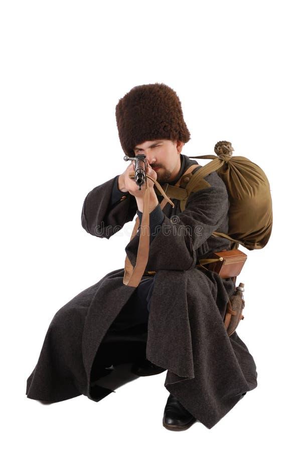 De Russische Kozak richt een geweer op camera. stock foto