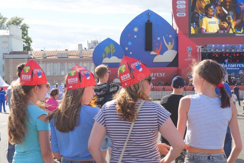 De Russische meisjes zijn ventilators van de wereldbeker van FIFA van 2018 in Samara royalty-vrije stock afbeeldingen