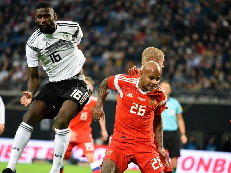 De Russische nationale striker Ari van het voetbalteam en Duitse verdediger A royalty-vrije stock fotografie