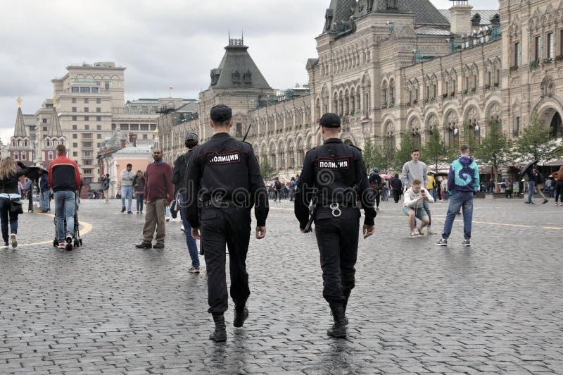 2 de Russische politieagenten in Rood Vierkant, patrouilleren de stadsstraat in Moskou Wetshandhaving, het Concept van de Wetshan stock foto's
