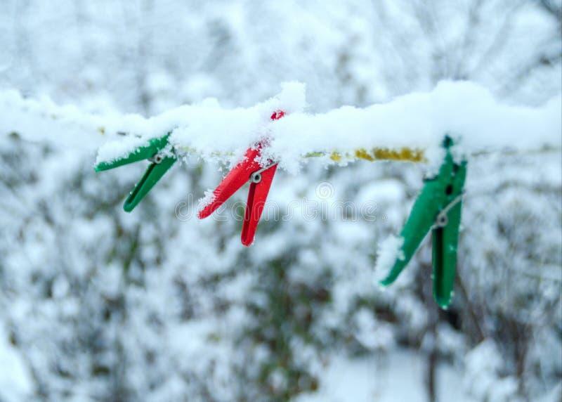 De Russische sneeuwwinter in de yard stock foto's