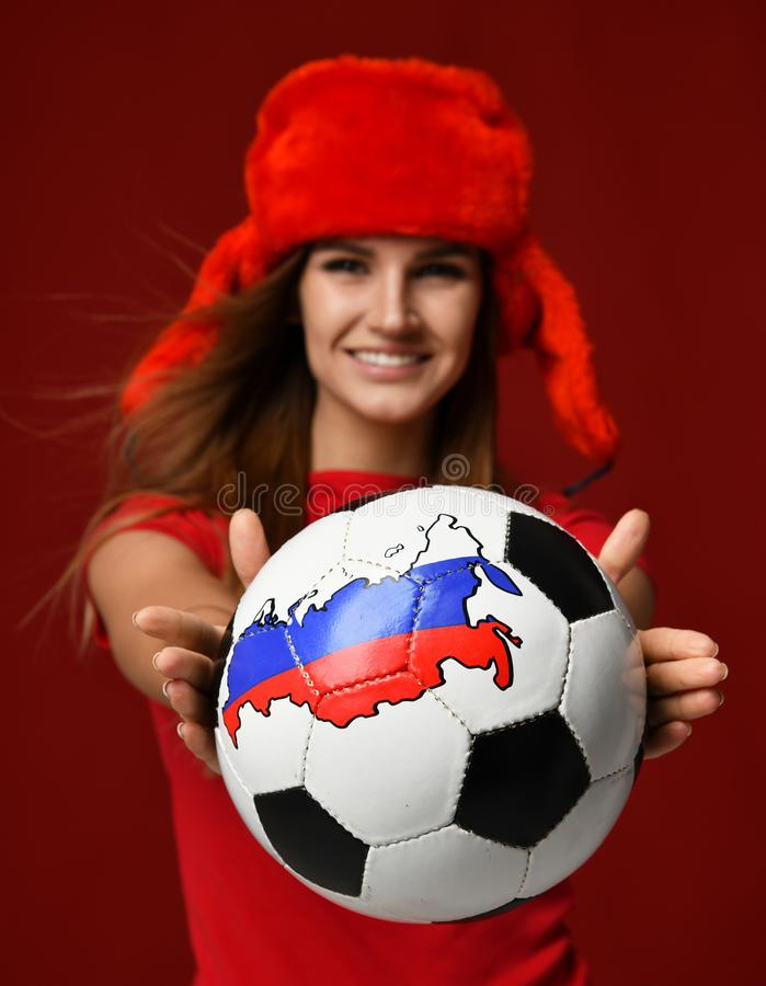 De Russische speler van de de sportvrouw van de stijlventilator in rode eenvormig geeft voetbalbal vierend het gelukkige glimlach stock foto's