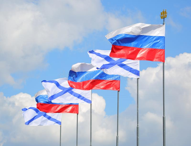 De Russische vlaggen van de staat en van Andrew ` s stock foto's
