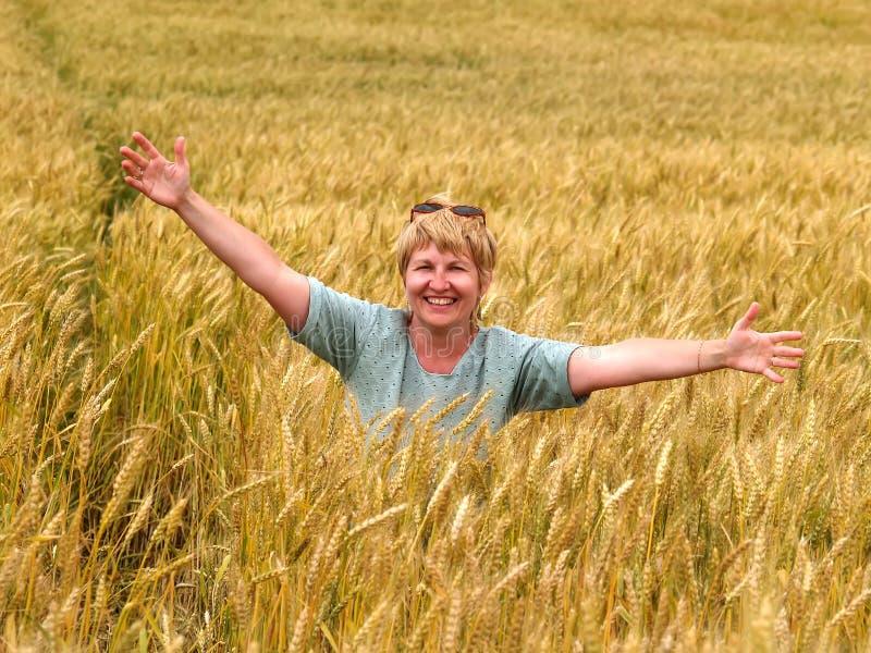 De Russische vrouw op een wheaten gebied stock fotografie