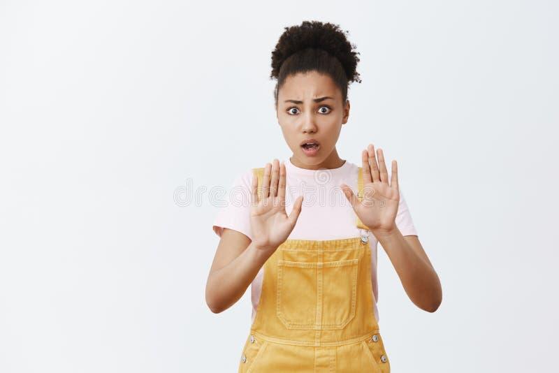 De rust neer, zette neer kanon Intense ongerust gemaakte en zenuwachtige doen schrikken Afrikaans-Amerikaanse vrouw met krullend  stock foto