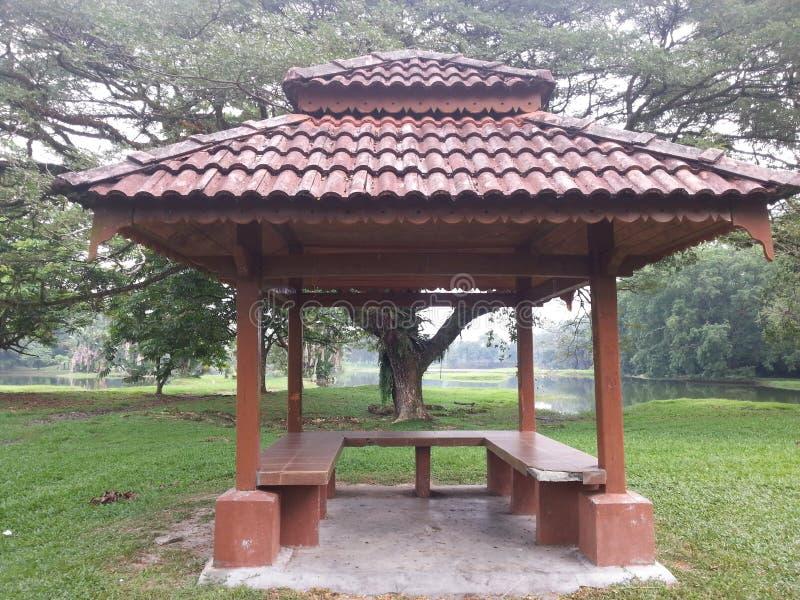 De rust paviljoenplaats in het park royalty-vrije stock afbeelding
