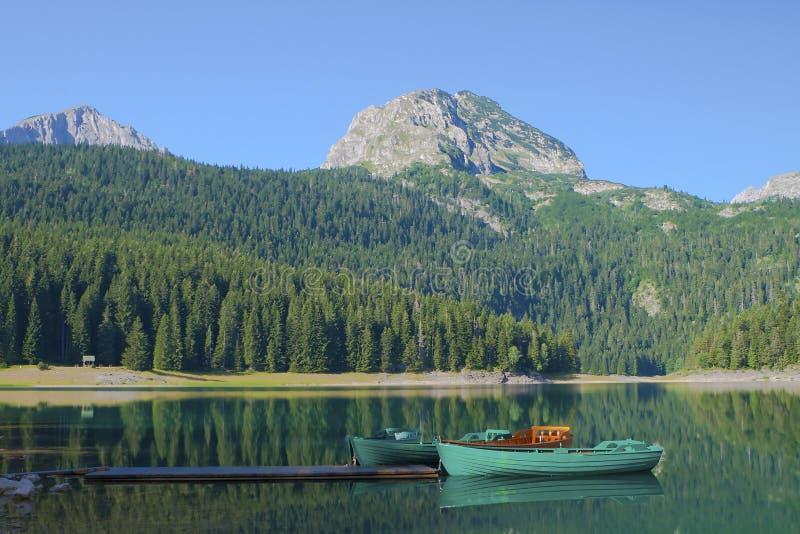 De rust van boten bij het meer Crno stock afbeelding