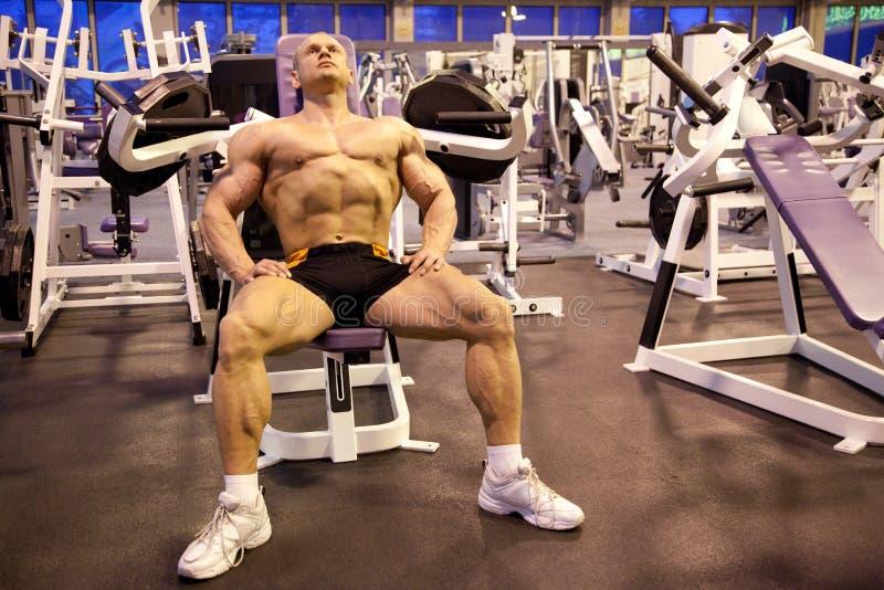 De rust van de bodybuilder in opleidingsruimte stock fotografie